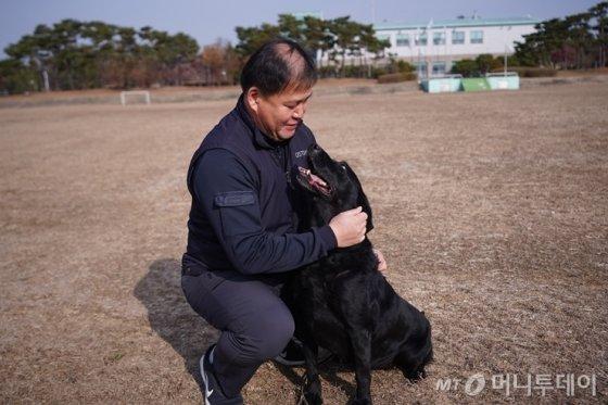 윤영삼 교관과 마약탐지견 민주가 서로 사랑스러운 눈길로 쳐다보는 모습. /사진=관세청