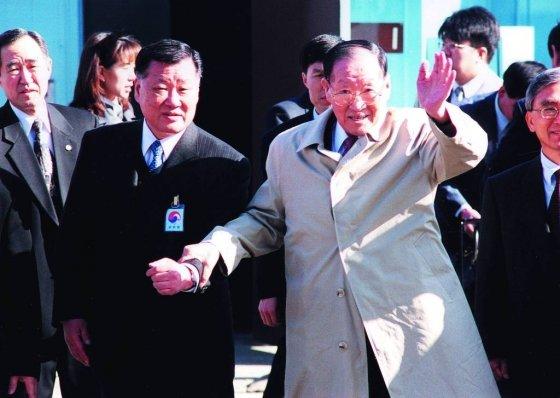고 정주영 현대그룹 명예회장(오른쪽)과 정몽구 회장(왼쪽). /사진제공=정주영기념관
