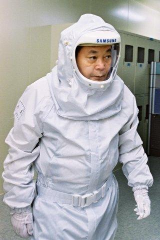이건희 삼성전자 회장이 2004년 삼성전자 반도체 라인을 방문해 방진복을 입고 현장을 돌아보고 있다. /사진제공=삼성전자