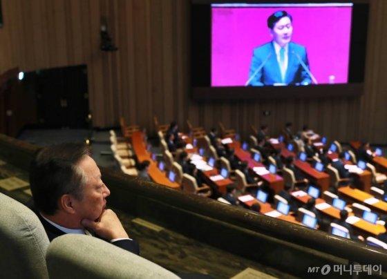 박용만 대한상공회의소 회장이 지난해 9월 국회에서 열린 본회의를 방청, 김관영 바른미래당 원내대표의 교섭단체 대표연설을 듣고 있다. /사진제공=이동훈 기자