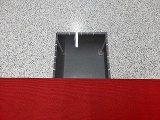 바닥에 설치된 투명창 <br /> <br /> 전산서버실의 효과적 냉기순환체계를 위해 바닥이 비어진 상태로 설계됐다/사진=류준영 기자