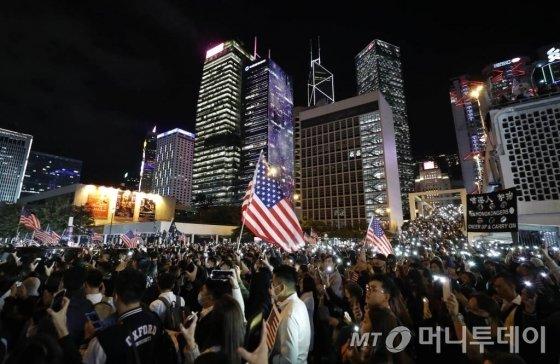 [홍콩=AP/뉴시스] 28일(현지시간) 홍콩 센트럴 에든버러 광장에서 시위대가 미국 국기를 흔들며 시위를 벌이고 있다. 2019.11.29