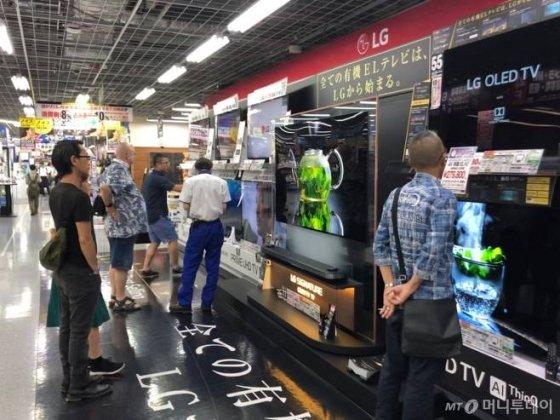 일본 도쿄 아키하바라에 있는 요도바시 카메라 아키바점에서 소비자들이 LG전자 '올레드 TV'를 살펴보고 있다./사진=이정혁 기자