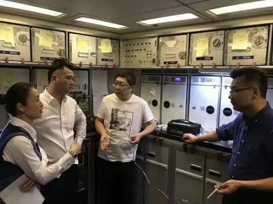 기내 응급환자 처치를 위해 논의 중인 중국 의사들과 승무원./사진=중국 CCTV