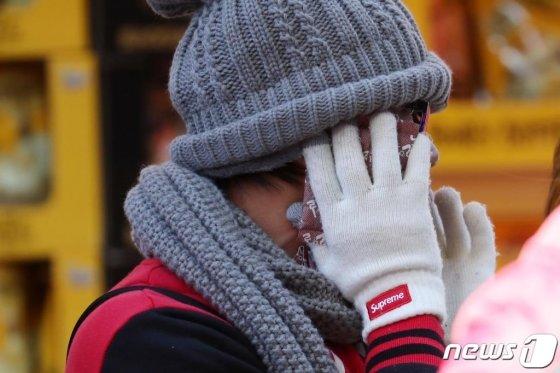 중부지방 대부분에 한파특보가 발효되는 등 전국적으로 추운 날씨를 보인 지난달 14일 서울 중구 명동 거리에서 한 외국인 관광객이 핫팩을 대고 있다./사진=뉴스1