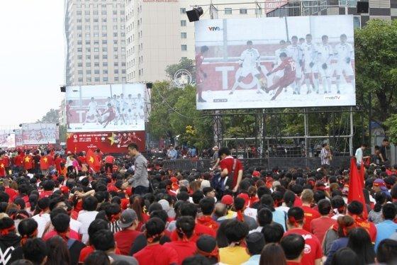 지난해 1월27일, 베트남 호치민에서 베트남 국민들이 U-23경기를 보며 거리응원하고 있다. /사진=AFP