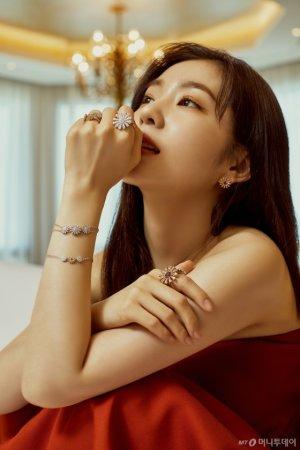 레드벨벳 아이린, 환한 미소…흰색 셔츠 룩 '눈길'