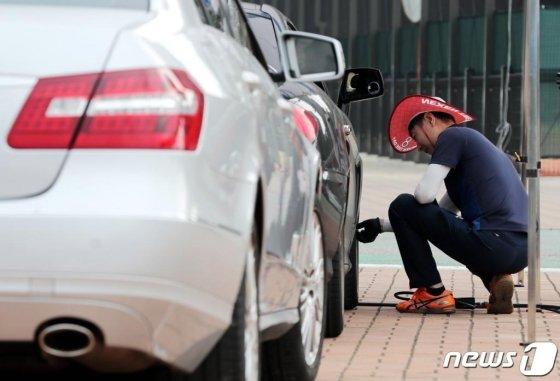 자동차 점검이 이뤄지는 모습(사진은 기사 내용과 무관). /사진=뉴스1