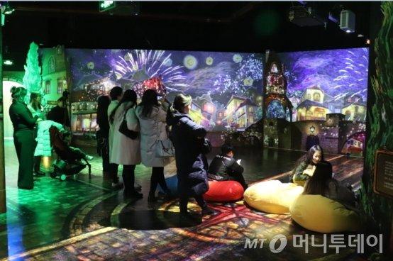 중국 현지인들이 '라뜰리에'를 관람하고 있는 모습./사진제공=맥키스컴퍼니