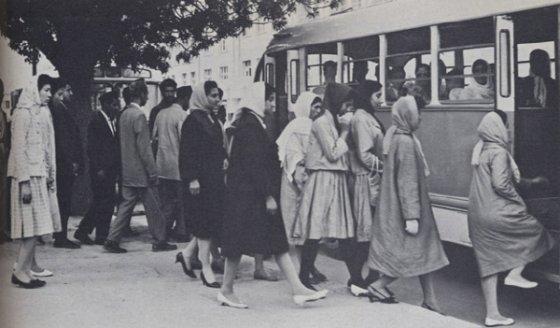 1950년대 카불 시내 여성들의 모습. 여성들이 부르카가 아닌 히잡을 쓰고 짧은 치마와 구두를 신고 대중교통을 타고 있다. /사진=위키피디아