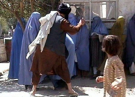 2001년 8월26일, 아프가니스탄 수도 카불의 한 거리에서 탈레반 종교 경찰이 여성들을 몽둥이로 때리고 있다. /사진=위키커먼스