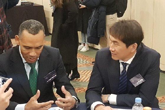 시상식 본식 직전 진행된 사전 기자회견 도중 대화를 나누고 있는 전북 모라이스 감독(왼쪽)과 유상철 감독. /사진=박수진 기자
