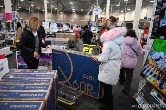 지난달 29일(현지시간) 미국 최대 쇼핑 시즌인 블랙프라이데이를 맞아 뉴저지에 위치한 베스트바이 매장을 찾은 소비자들이 삼성 TV를 구매하고 있다. 삼성 TV는 북미 시장에서 올 3분기 누계로 금액기준 40.1%의 점유율로 압도적 1위를 유지하고 있다./사진제공=삼성전자