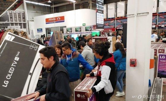 최근 연말 쇼핑시즌을 맞아 멕시코시티의 샘스클럽 매장을 찾은 고객들이 올레드 TV, 나노셀 TV 등 LG TV를 구입하기 위해 대기하고 있다./사진제공=LG전자