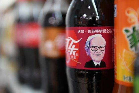 2017년 중국에서 출시된 코카콜라의 '체리 코크' 라벨에는 워런 버핏의 얼굴이 들어갔다. /사진=AFP