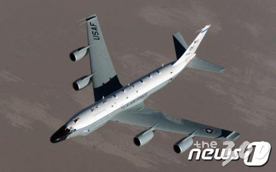 군용기 추적 사이트인 '에어크래프트 스폿'은 미국 공군의 RC-135W(리벳 조인트) 계열 정찰기가 이틀 연속 서울 등 수도권 상공에서 비행했다고 30일 전했다. 북한의 추가 미사일 발사 동향을 확인하기 위한 목적으로 보인다. 전날에는 RC-135V 정찰기가 수원에서 서울 상공을 거쳐 남양주 방향으로 비행했다. 사진은 RC-135W. (미 공군 홈페이지 캡처) 2019.8.30/뉴스1  <저작권자 © 뉴스1코리아, 무단전재 및 재배포 금지>