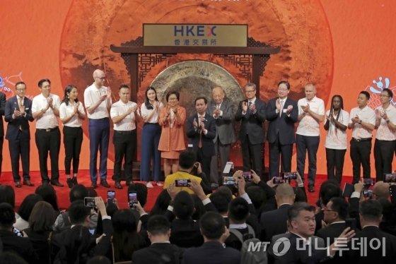 [홍콩=AP/뉴시스]알리바바 그룹의 장융 회장 겸 최고경영자(가운데) 등 관계자들이 26일 홍콩 증시에서 열린 상장식에 참석해 박수를 치고 있다. 2019.11.26