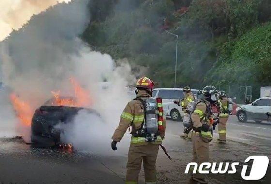 10월 29일 오후 8시 12분께 경기 의왕시 청계톨게이트에서 판교 방향으로 달리던 BMW 차량에서 불이 나 출동한 소방대에 의해 5분여 만에 진화됐다. /사진제공=뉴스1(경기도소방재난본부 제공)