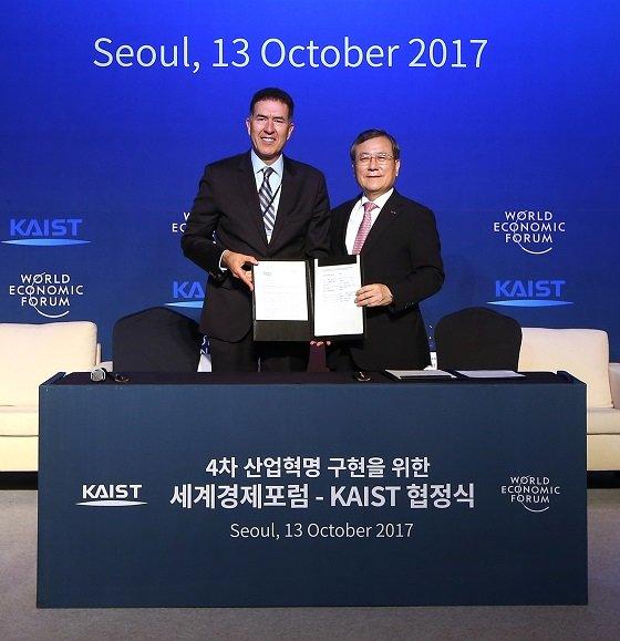 2017년 10월 업무협정을 체결한 무라트 손메즈 센터장(좌측)과 신성철 KAIST 총장/사진=KAIST