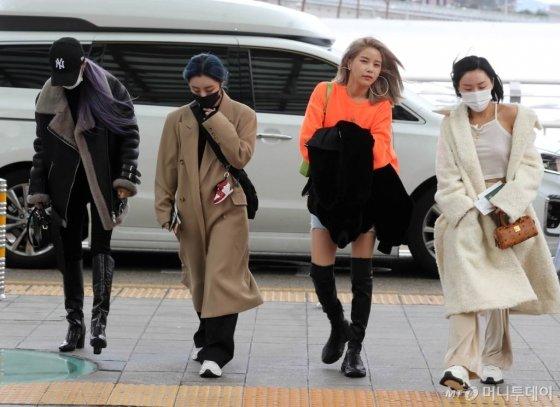그룹 마마무 솔라, 문별, 휘인, 화사가 일본 나고야 돔에서 열리는 '2019 MAMA(Mnet Asian Music Awards)'에 참석하기 위해 3일 오전 인천국제공항을 통해 출국하고 있다. / 사진=임성균 기자 tjdrbs23@