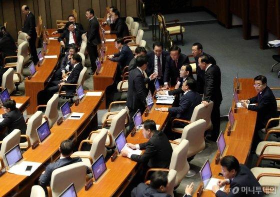 29일 오후 서울 여의도 국회에서 제371회 국회(정기회) 제12차 본회의가 열리지 않고 있는 가운데 자유한국당 의원들이 의견을 나누고 있다. / 사진=홍봉진 기자 honggga@