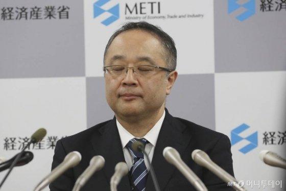 """이이다 요이치 일본 경제산업성 무역관리부장이 22일 도쿄에서 한국의 지소미아 종료 유예와 관련해 기자회견을 하며 눈을 감고 있다. 이이다 부장은 수출 규제를 시작한 반도체 소재 3종에 대해 """"개별 심사로 수출을 허가하는 방침은 불변""""이라며 """"(한국의) 화이트리스트 포함 여부도 한국과 협의 후 결정할 것""""이라고 밝혔다. 2019.11.22./사진=뉴시스"""