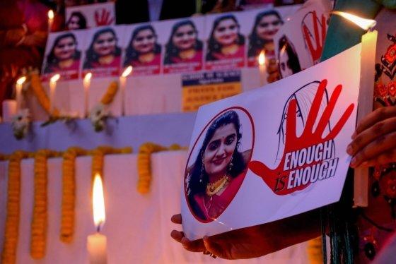 시민들이 지난달 27일(현지시간) 인도 남부 텔랑가나주의 주도 하이데라바드에서 집단 성폭행을 당한 뒤 살해된 27세 여성 수의사의 사진이 추모식 제단에 놓여 있다. /사진=AFP