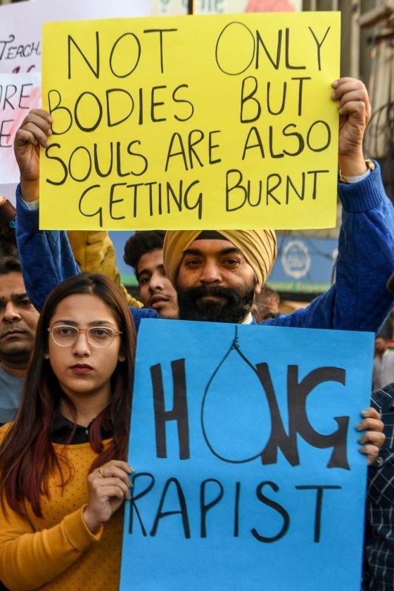 20대 여성 수의사 성폭행·살해 사건으로 분노한 인도 시민들이 항의 시위를 벌이고 있다. '강간범을 목매달라' 등의 문구가 팻말에 쓰여 있다. /사진=AFP