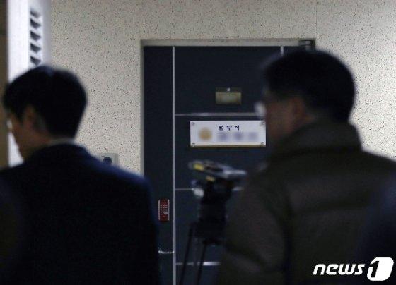 A수사관이 발견된 서울 서초동의 한 오피스텔 사무실. 2019.12.1/뉴스1 © News1 구윤성 기자