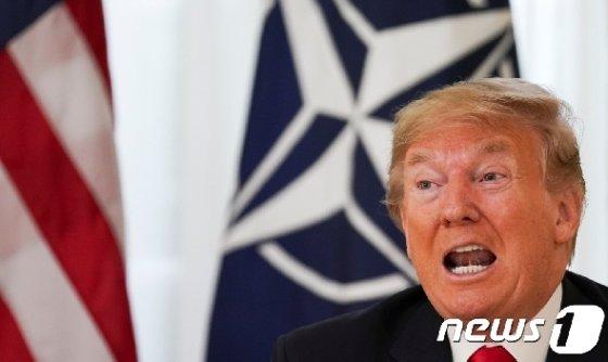 도널드 트럼프 대통령이 3일(현지시간) 영국 런던에서 옌스 스톨텐베르그 북대서양조약기구(NATO) 사무총장과의 회담을 앞두고 기자회견을 하고 있다. © 로이터=뉴스1