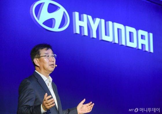 이원희 현대자동차 사장이 4일 서울 여의도 콘래드 서울 호텔에서 열린 'CEO(최고경영자) 인베스터 데이'에 참석해 '현대차 2025 전략'을 발표하고 있다./사진제공=현대차