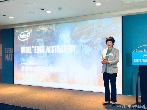 권명숙 인텔코리아 대표가 4일 서울 강남구 인터컨티넨탈 호텔에서 열린 '인텔 코리아 엣지 AI 포럼'에서 기조연설을 하고 있다/사진=이정혁 기자