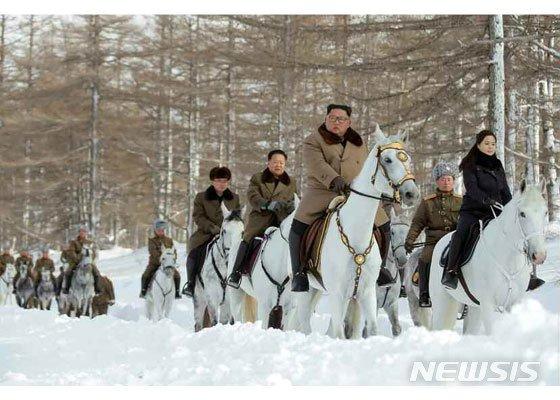 북한은 4일 김정은 국무위원장이 백두산에 올라 삼지연군안의 혁명 전적지, 사적지들을 둘러봤다고 밝혔다./사진=노동신문, 뉴시스