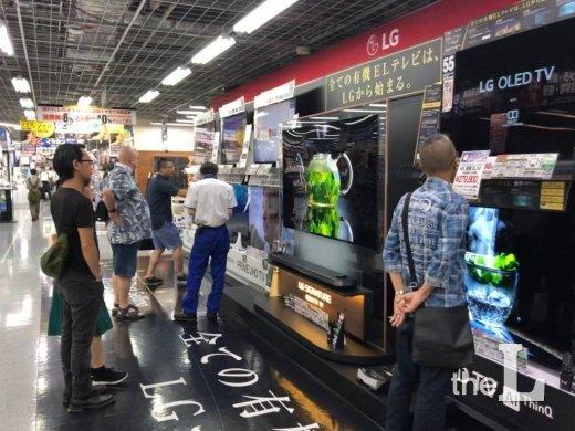 일본 도쿄 아키하바라에 있는 요도바시 카메라 아키바점에서 소비자들이 LG전자 '올레드 TV'를 살펴보고 있는 모습/사진=이정혁 기자