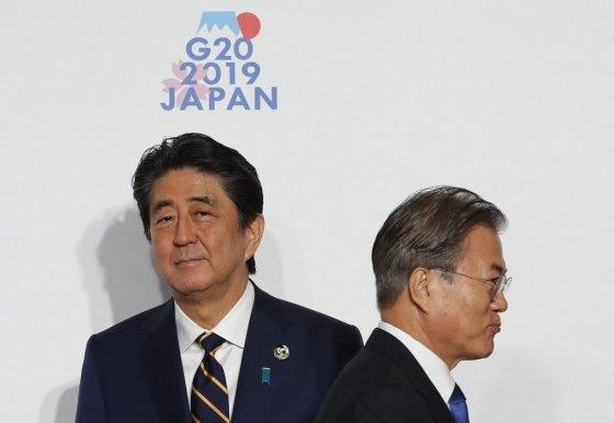 지난 6월28일 일본 오사카에서 열린 G20(주요 20개국) 정상회의 공식환영식 때 문재인 대통령(오른쪽)이 아베 신조 일본 총리와 8초간 악수한 뒤 지나가는 모습. /사진=AFP