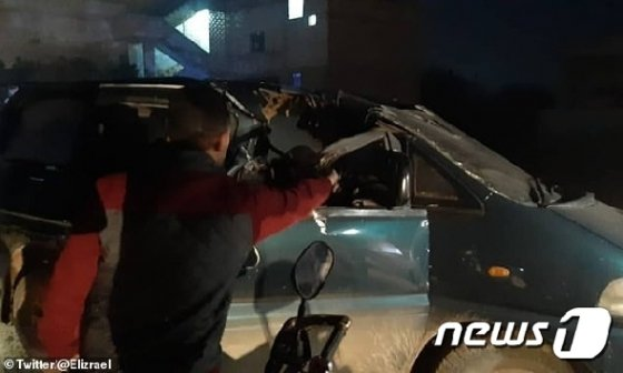 '닌자 미사일' 공격을 받은 것으로 보이는 미니 밴 피습 차량. (트위터) © 뉴스1