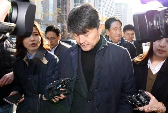 뇌물수수 혐의를 받고 있는 유재수 전 부산시 경제부시장이 27일 오전 서울동부지법으로 영장실질심사를 받기 위해 출석하고 있다. / 사진=강민석 기자 msphoto94@