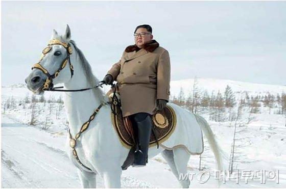 백마 탄 김정은 북한 국무위원장
