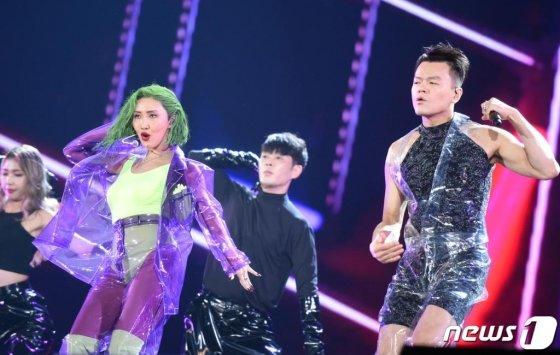 마마무 화사와 박진영(오른쪽)이 4일 오후 일본 나고야 돔에서 열린 '2019 MAMA(Mnet Asian Music Awards, 엠넷 아시안 뮤직 어워즈)'에 출연해 화려한 공연을 선보이고 있다. (Mnet 제공) 2019.12.4/뉴스1