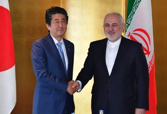 지난 8월 만난 아베신조 일본 총리와 이란 자바드 자리프 외무장관. /사진=AFP