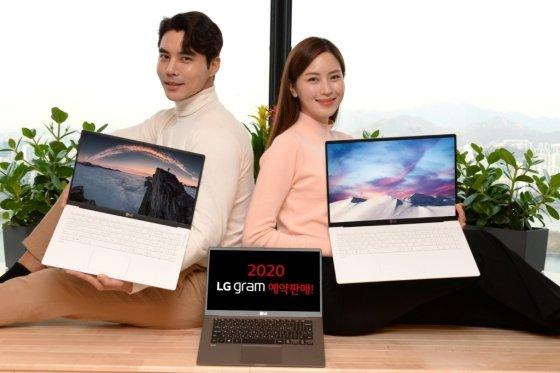 서울 여의도 LG 트윈타워에서 모델들이 대화면, 고성능, 휴대성을 겸비한 2020년형 'LG 그램 17'(모델명: 17Z90N)을 소개하고 있다. /사진=LG전자