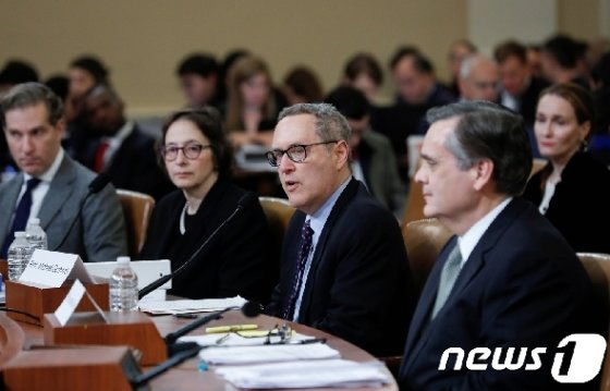 하원 법사위의 탄핵조사 공개청문회에 등장한 법학자들. © 로이터=뉴스1