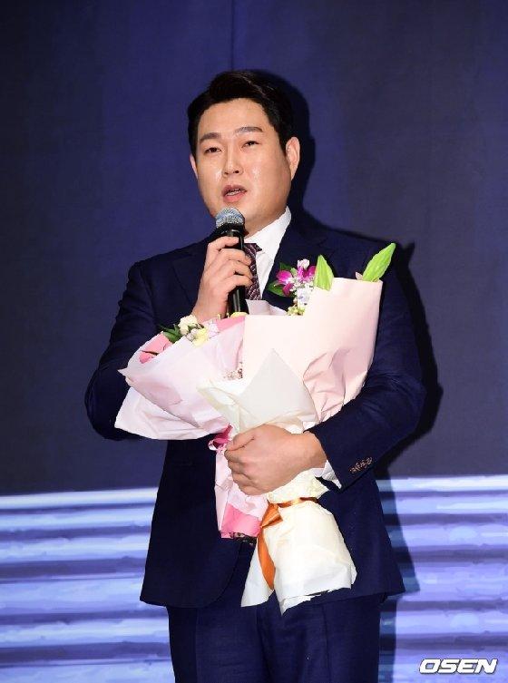 5일 오후 서울 양재동 엘타워에서 한국프로야구은퇴선수협회 시상식에서 NC 양의지가 '최고의 선수상'을 수상하며 소감을 말하고 있다.