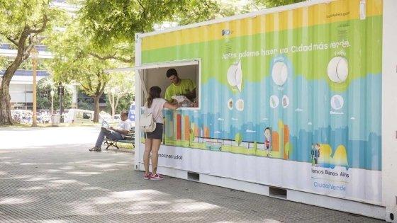 유니레버가 아르헨티나 부에노스아이레스에 재활용품 수거센터를 설치하고, 가정용 재활용품을 반납하는 사람들에게 유니레버 할인 쿠폰 등을 제공하고 있다./사진=유니레버 홈페이지