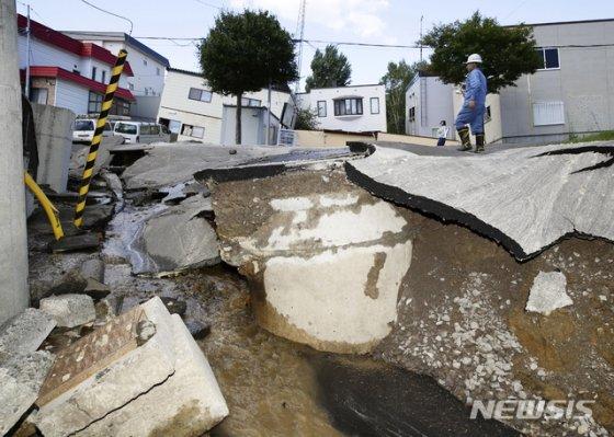 사진은 지난해 9월6일 새벽 일본 홋카이도에서 발생한 규모 6.7의 지진, 삿포로 시내 도로가 파손됐다./사진=뉴시스