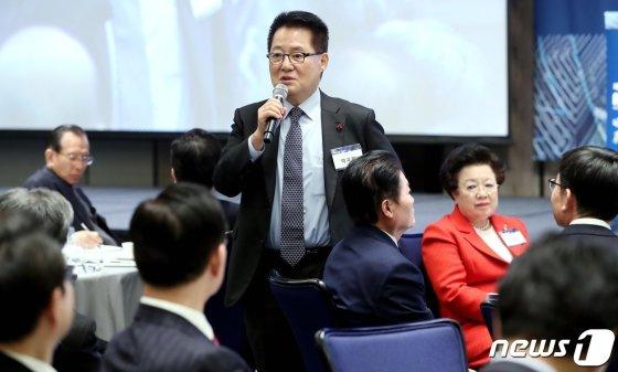 박지원 대안신당 의원이 이달 3일 오전 서울 광화문 포시즌스 호텔에서 '4차산업혁명, 農(농)의 혁신성장을 말하다'를 주제로 열린 제4회 미농포럼에서 축사를 하고 있다. / 사진제공=뉴스1