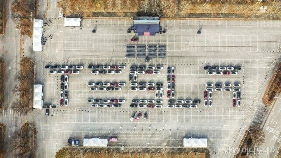 지난달 22일 경기도 과천 서울대공원 주차장에서 113대의 '모델3' 차량이 'TESLA' 영문 알파벳 모양으로 대열을 이룬 모습. /사진제공=테슬라코리아