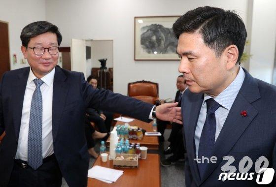 지상욱 바른미래당 의원(오른쪽)이 6일 서울 여의도 국회 운영위원장실에서 예산안에 대해 논의 중인 4+1예산 협의체를 찾아가 항의하고 있다. /사진=뉴스1
