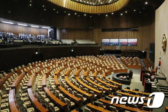 이달 3일 학생들이 서울 여의도 국회 본회의장에 앉아 해설사 직원의 안내를 듣고 있다. / 사진제공=뉴스1