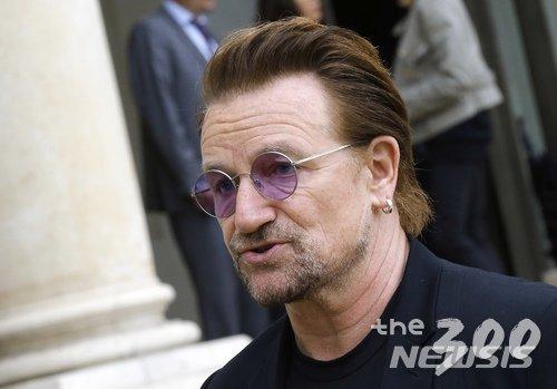 【파리=AP/뉴시스】세계적인 록밴드 U2의 보컬이자 사회운동가인 보노가 2017년 7월 24일 파리의 엘리제궁(대통령관저)에서 회의에 참석한 뒤 기자들과 대화하고 있다. 보노는2일(현지시간) 아일랜드에서 열린 2021~2022년 유엔 안전보장이사회 비상임이사국 도전 발족식에서 연설을 통해 유엔, 나토, 유럽연합 등 국제기구들이 존폐위기에 처해있다며, 이런 기구들을 지키기 위해 회원국들이 협력해야 한다고 촉구했다.2018.7.3.